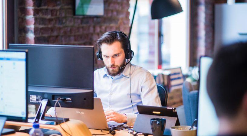 Et webbureau kan være din virksomheds vej til succes online, servicemedarbejder sidder og arbejder på computer